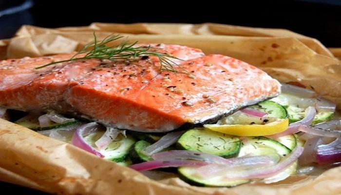 лосось запеченный на овощной подушке