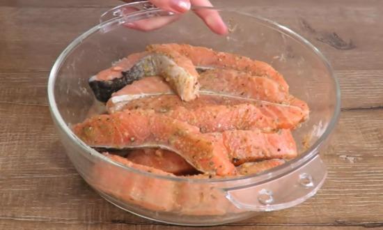 разделываем рыбу на кусочки, маринуем