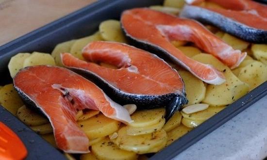 рыбные стейки на картофель