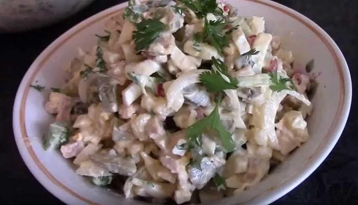 салат с консервированными кальмарами