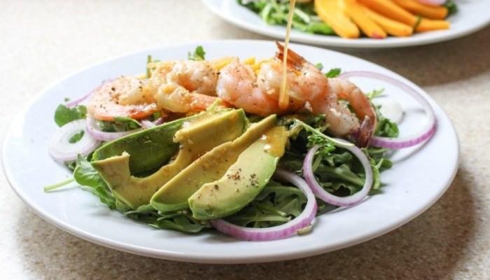 Салат из тигровых креветок с авокадо и кедровыми орехами