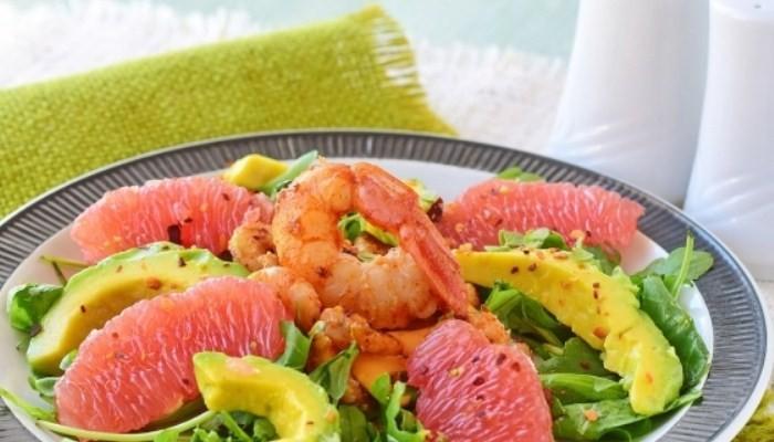 Цитрусовый салат с креветками, авокадо и рукколой