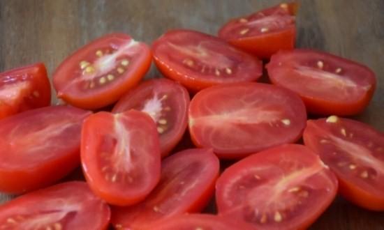 разрезать помидоры пополам