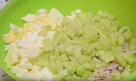 добавить яйца и огурец