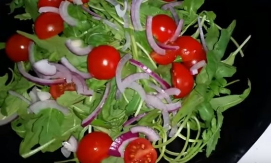 добавить помидоры и лук на рукколу