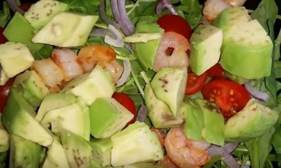 добавить авокадо и креветки