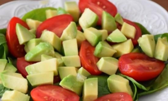 разложить авокадо и помидоры