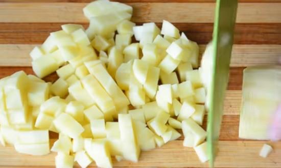 картофель нарезаем кубиком