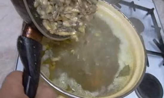 добавляем обжаренные грибы в кастрюлю