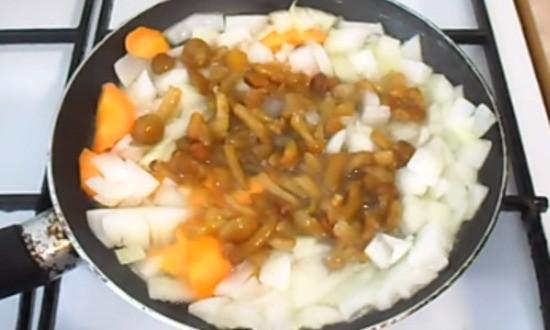 обжариваем грибы с луком и морковью
