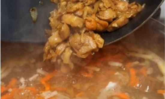 добавляем в кастрюлю грибы, обжаренные с овощами