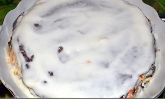 смазываем блины соусом