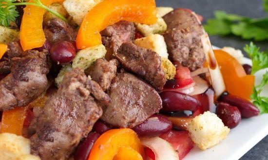 посыпаем салат крутонами