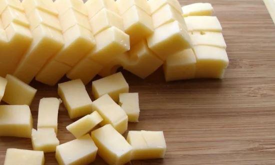 измельчаем сыр кубиками