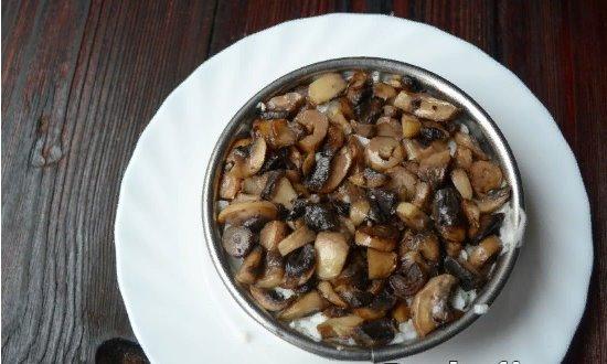 Слой обжаренных грибов