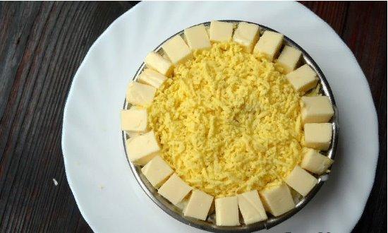 Яйца и сыр следующим слоем