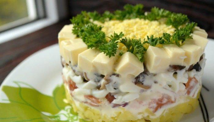 Салат невеста с копчёной курицей и грибами
