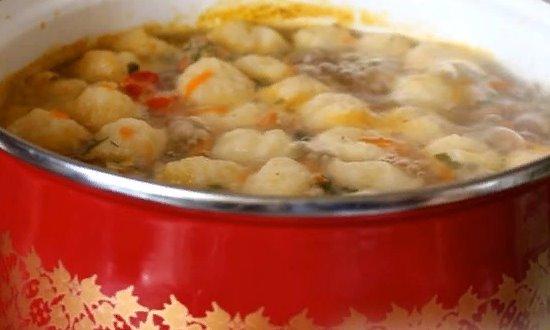 Выкладываем в суп сырные шарики