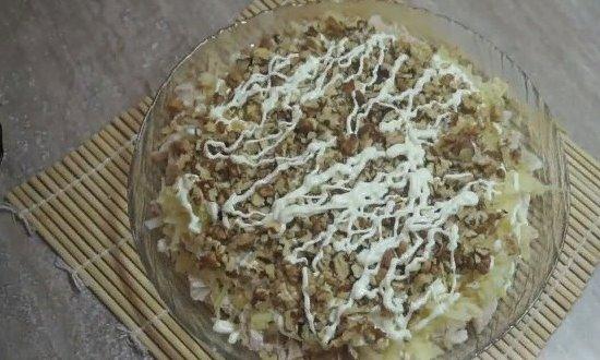 Выкладываем измельчённые грецкие орехи