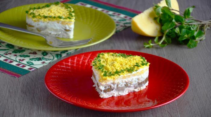 Салат с грибами и курицей слоями — рецепты приготовления слоёных, праздничных салатов