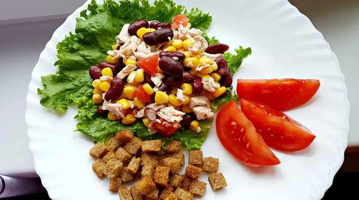 Салат с фасолью и сухариками