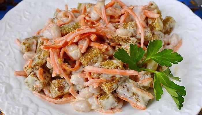Салат с фасолью, сухариками и корейской морковью