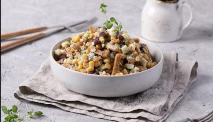Фасолевый салат с сухариками кукурузой и сыром