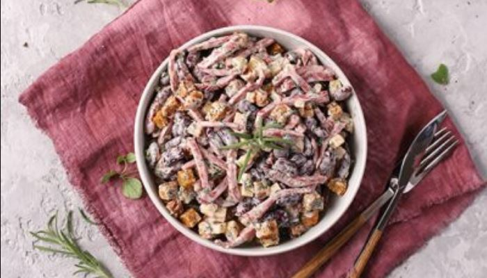 Салат с фасолью сухариками и колбасой