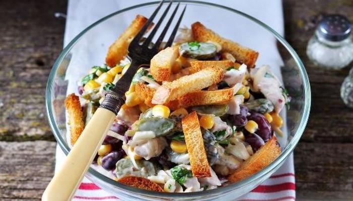 Салат с фасолью сухариками и кукурузой