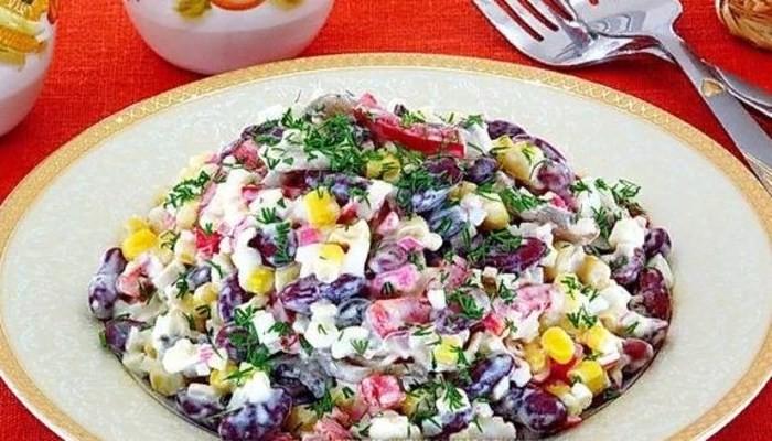 Салат «Яркие краски» фасолью, сухариками, кукурузой и колбасой