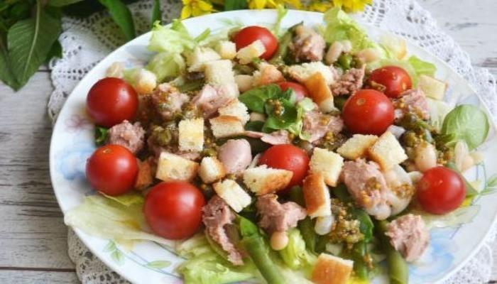 Салат с фасолью сухарями и помидорами