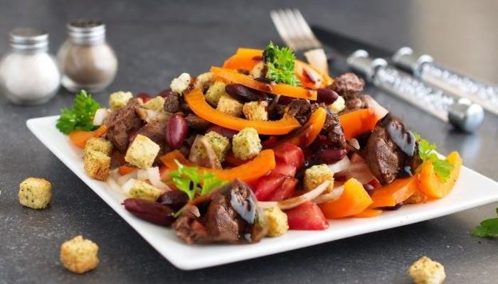 Салат из красной фасоли и сухарей