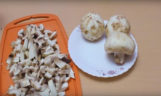 режем кубиками грибы