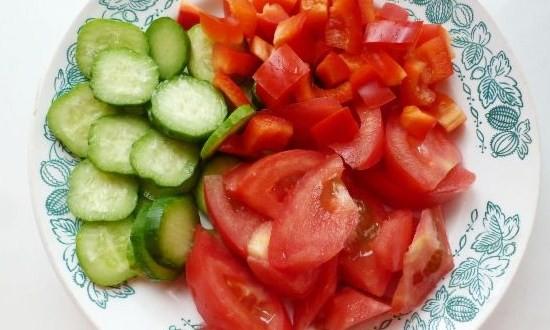 порезанные огурцы и помидоры