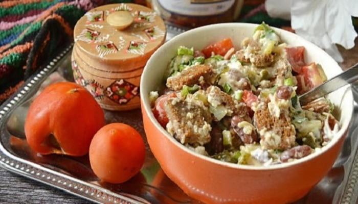 Фасолевый салат «Обжорка» с колбасой и помидорами