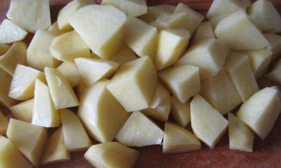 Чистим и режем картофель
