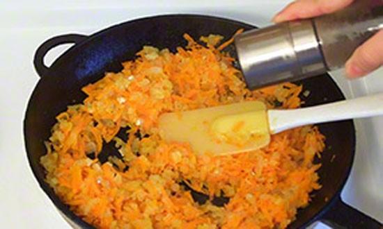 обжариваем лук и морковь на сковороде