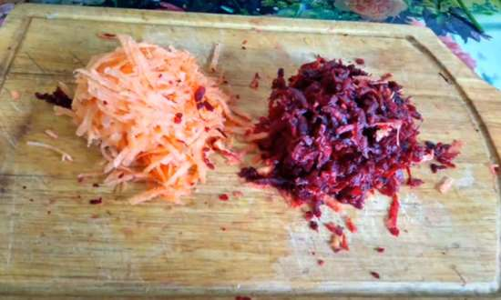 натёртые свёкла и морковь