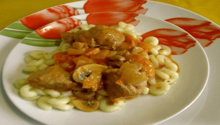 Гуляш с мясом и грибами