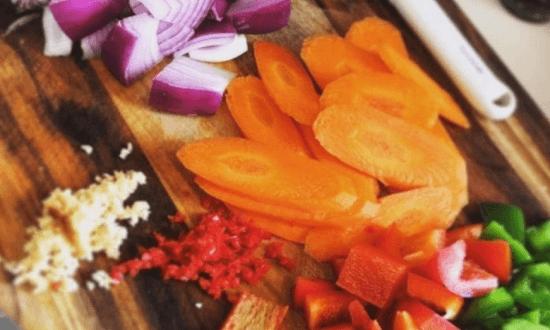 нарезать лук, морковь, паприку