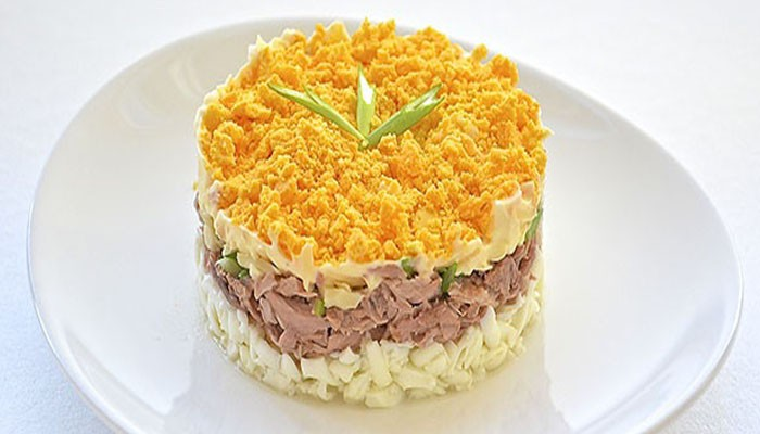 Слоёный салат с тунцом и яблоком