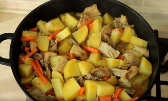 тушим картофель с мясом