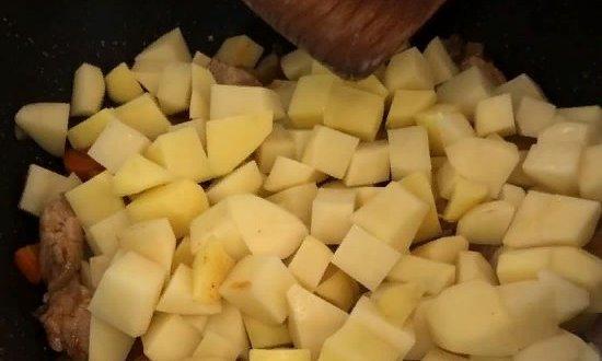 Добавляем измельчённый картофель