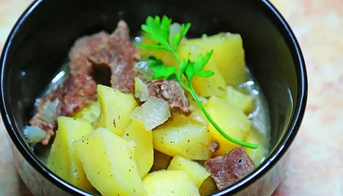 Тушёная картошка с мясом в кастрюле