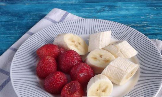 нарезаем клубнику и банан
