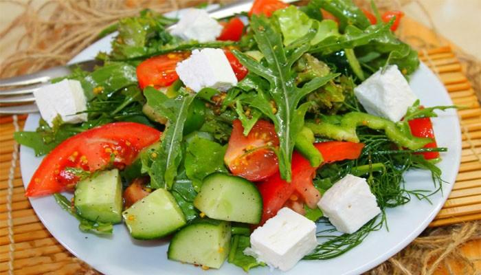 Салат с овощами и брынзой
