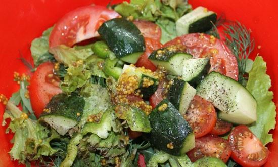 поливаем салат заправкой