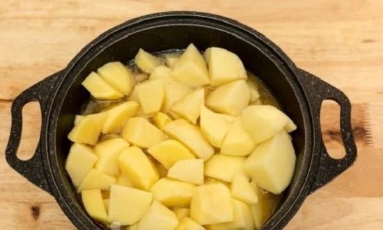 Выкладываем порезанный картофель