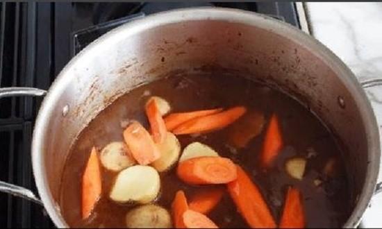 Морковь измельчаем и перекладываем в кастрюлю