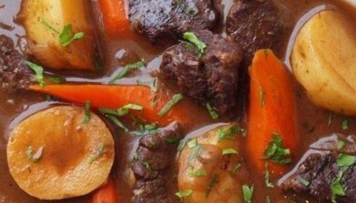 Тушёная картошка с говядиной в кастрюле